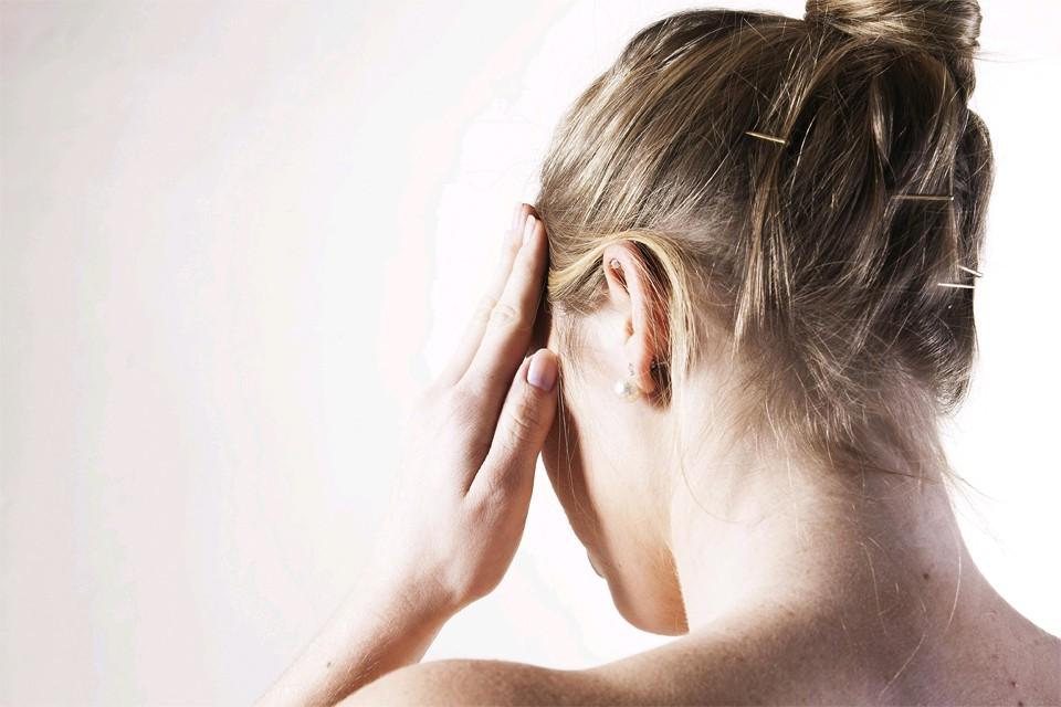 Головная боль напряжения — это тип головной боли, которая возникает в ответ на чрезмерное психическое напряжение у людей с определенным типом нервной системы.