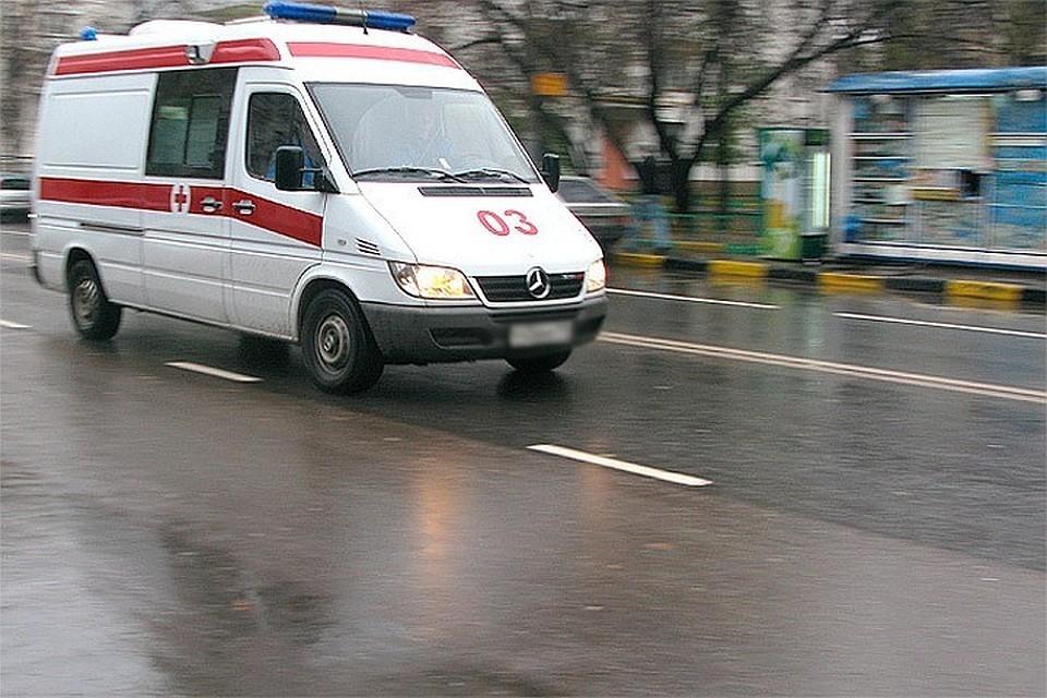 В Москве в районе поселка Новые Ватутинки автомобиль влетел в павильон с шаурмой