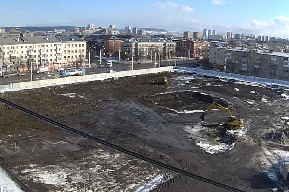 На месте кемеровского ТЦ «Зимняя вишня» работает строительная техника. Фото: камеры видеонаблюдения Goodline.