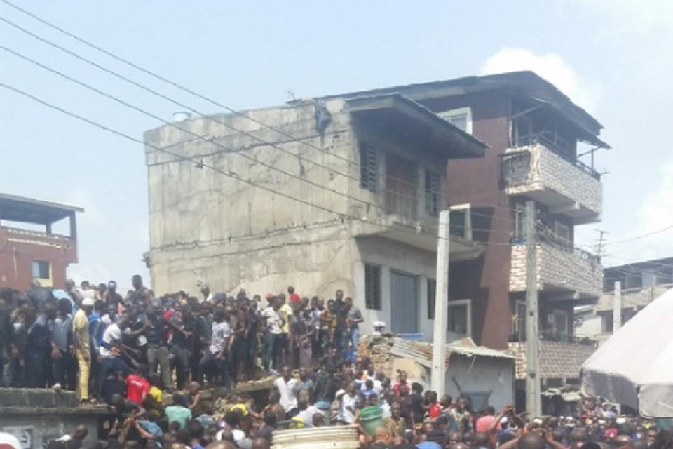 Около сотни человек оказались под завалами