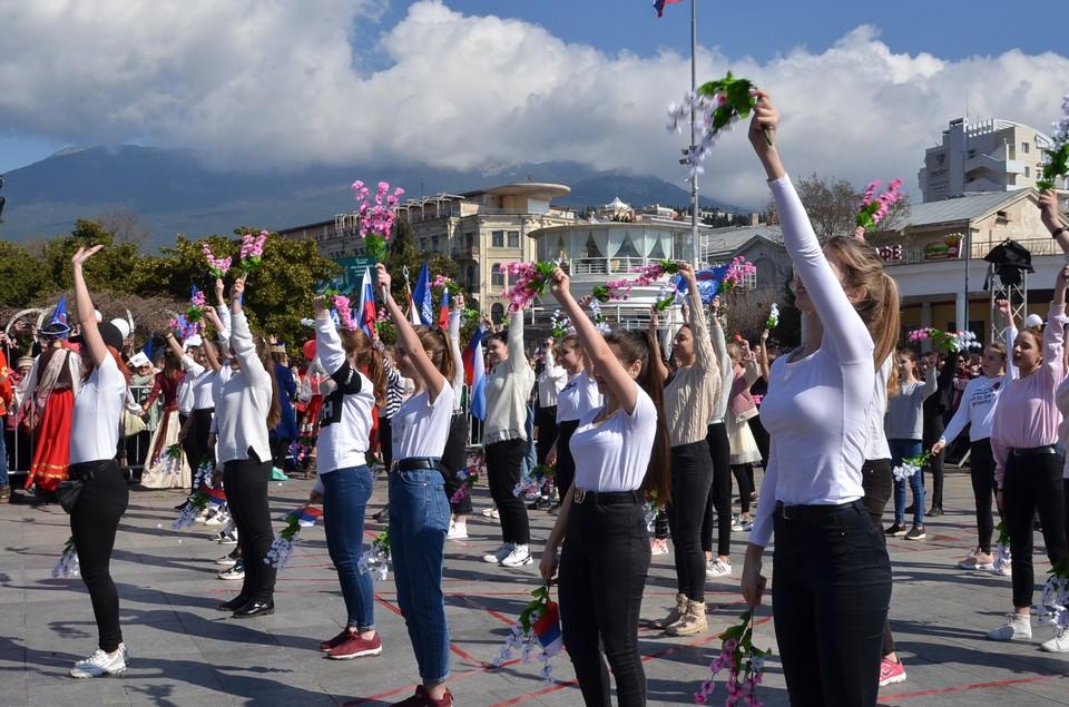 Выступление молодежи на набережной Ялты в честь пятилетия Крымской весны