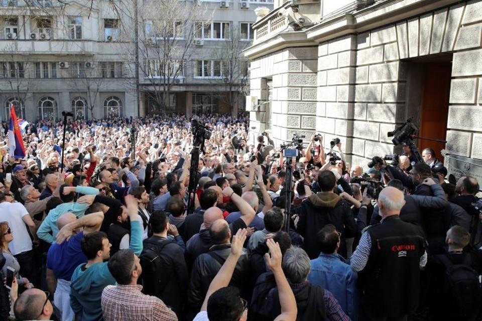В Белграде протестующие попытались взять штурмом президентский дворец