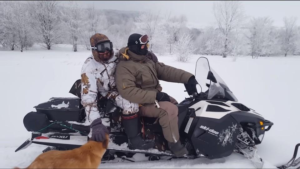 На видео, опубликованном в сети, инспекторы хвалятся своими снегоходами, оружием и успехами на охоте