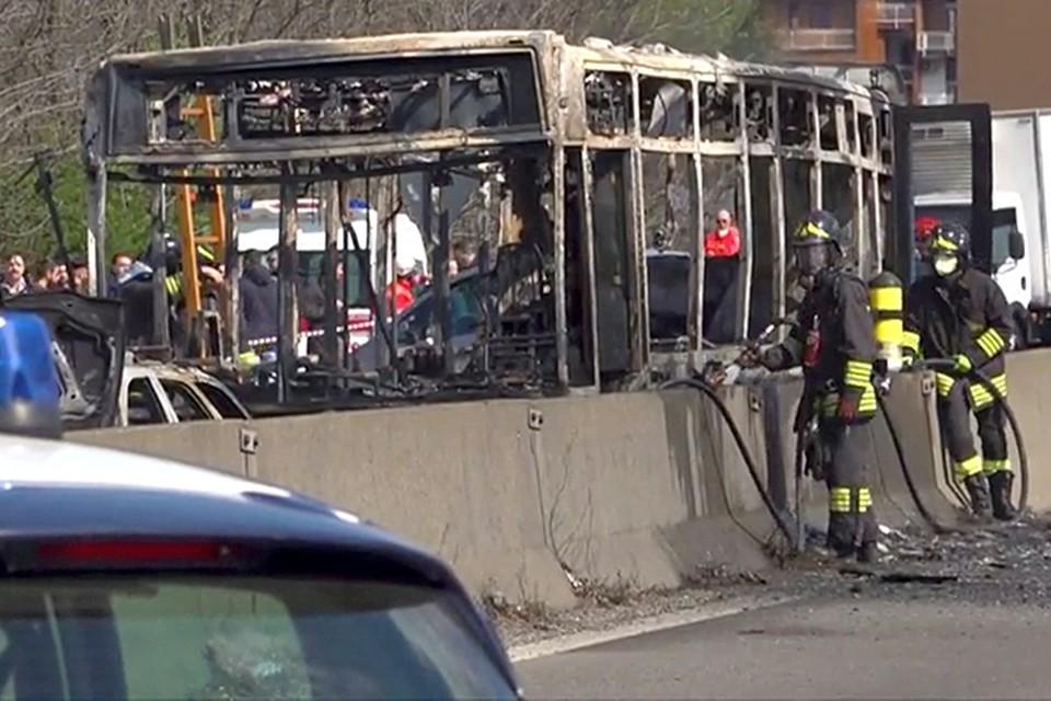 Перед тем, как водителя все-таки арестовали, он успел поджечь автобус