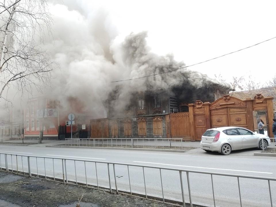 """В Тюмени горит старинный особняк. Фото подписчиков паблика """"Моя Тюмень"""""""