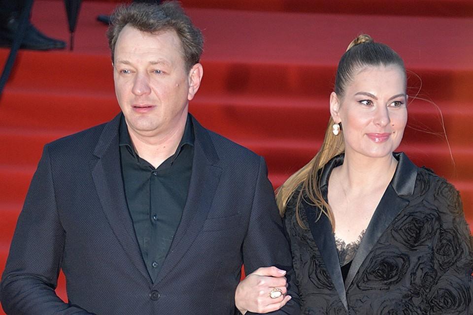 Сам актер долгое время отрицал сам факт развода с Елизаветой Шевыркиной