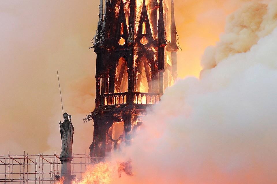 Охваченный огнем шпиль собора позднее обрушился.
