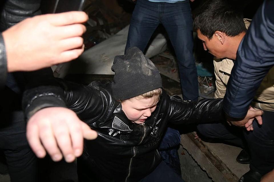 Данилу Браилкина похитили 11 апреля. На фото его вызволяют из погреба, где его прятали похитители