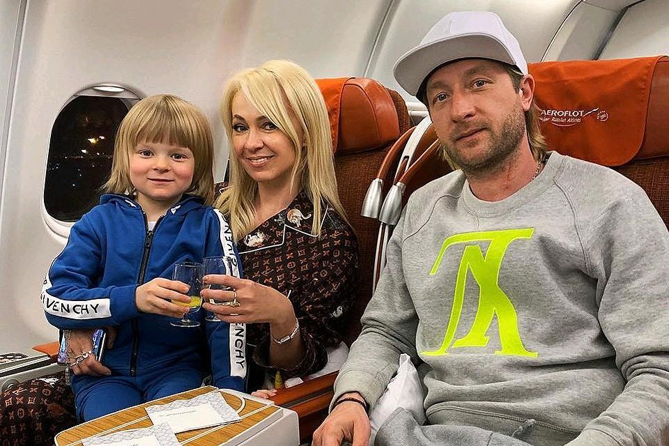 Яна Рудковская с мужем Евгением Плющенко и сыном Сашей.