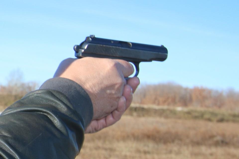 Брянец пригрозил любимой пистолетом.
