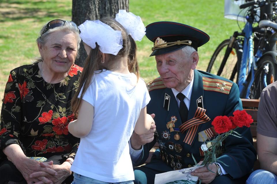 Волонтеры уверены, что в этот день нужно поздравить не только ветеранов Великой Отечественной войны, но и всех людей преклонного возраста – кто поднимал страну из руин, кто в не самые простые годы растил наших родителей и нас, внуков и правнуков