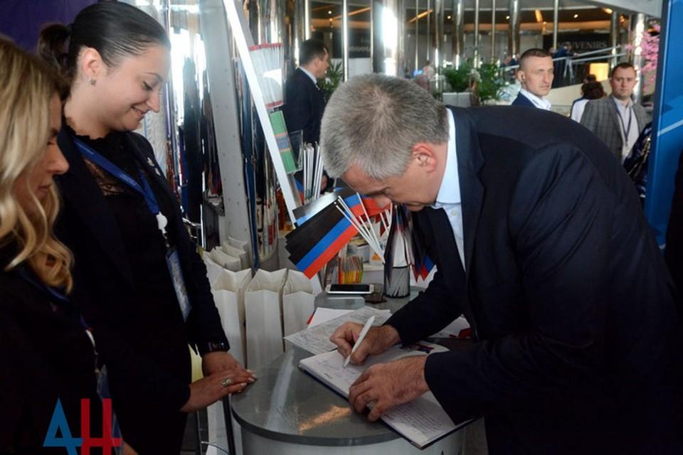 Аксенов пожелал мира и процветания дончанам. Фото: ДАН
