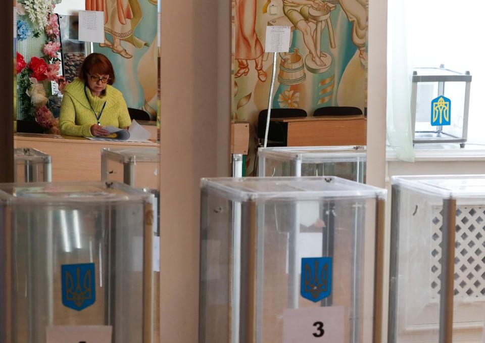 Открылись первые участки за рубежом на выборах президента Украины 2019