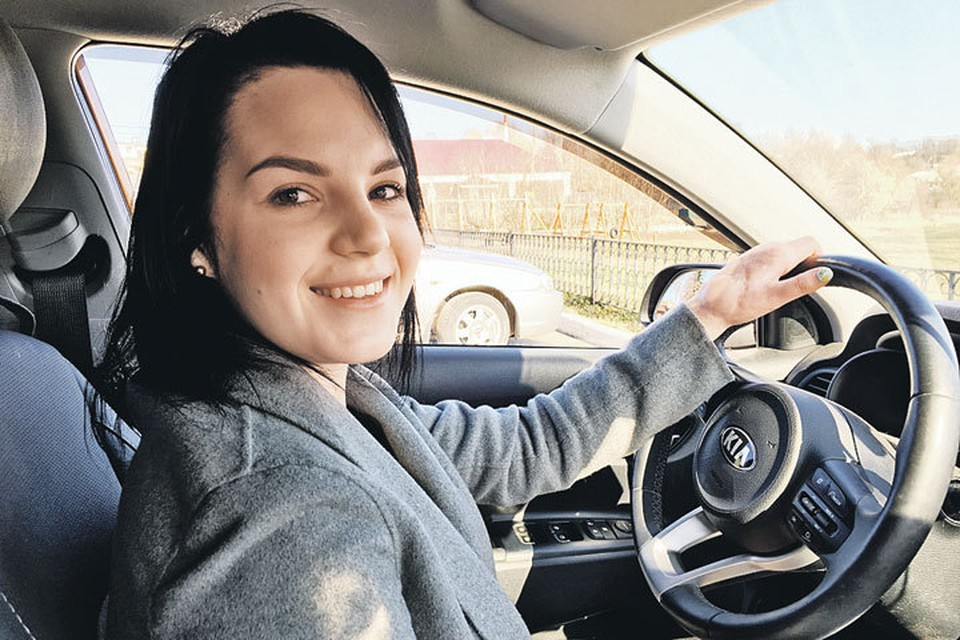 Рита уже уверенно водит машину.