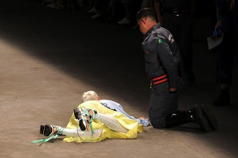 26-летний мужчина-модель Талес Соарес умер после того, как упал на подиуме во время показа. Фото: TASS/EPA