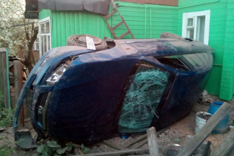 Автомобиль врезался в заборное ограждение и опрокинулся на территории частного подворья. Фото: mogilev.mvd.gov.by
