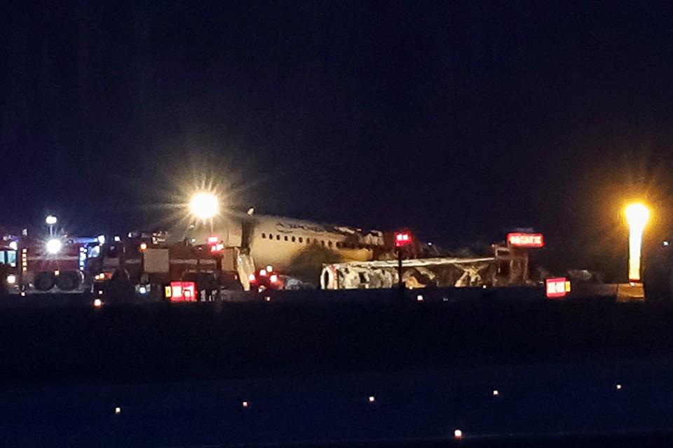 Службы аэропорта начали проводить буксировку сгоревшего самолета