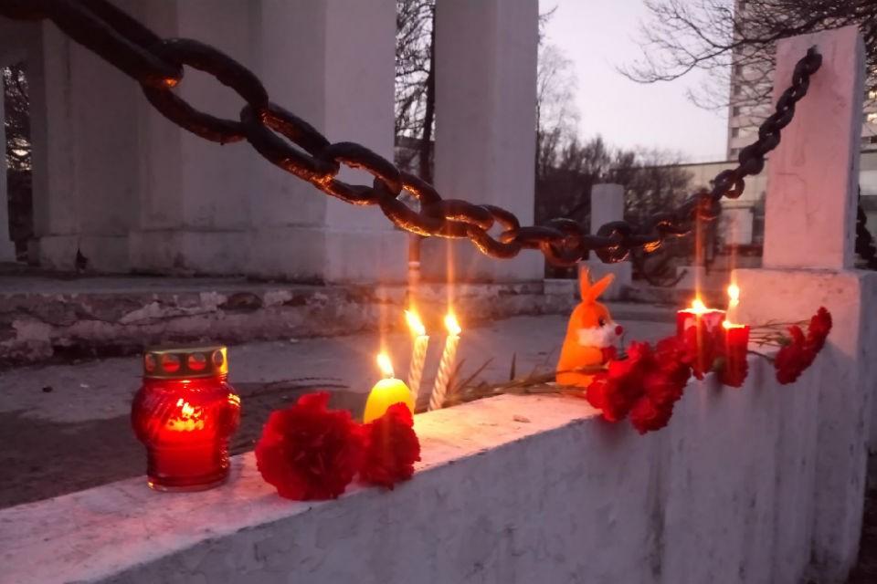 Мурманчане несут цветы и свечи к памятнику жертвам Интервенции. Фото: vk.com/murmanskgroup