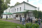 Асфальтовые крошки у могилы Толстого