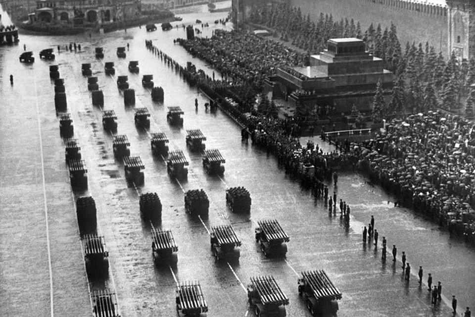 На параде показали то, на чем воевали: тяжелые танки «Иосиф Сталин-2» и средних Т-34, самоходки-«зверобои», чьи снаряды пробивали навылет броню обоих бортов немецких «Тигров» и «Пантер», батальоны легких СУ-76, прозванных «смерть четырех танкистов», знаменитые «катюши» и артиллерия всех калибров