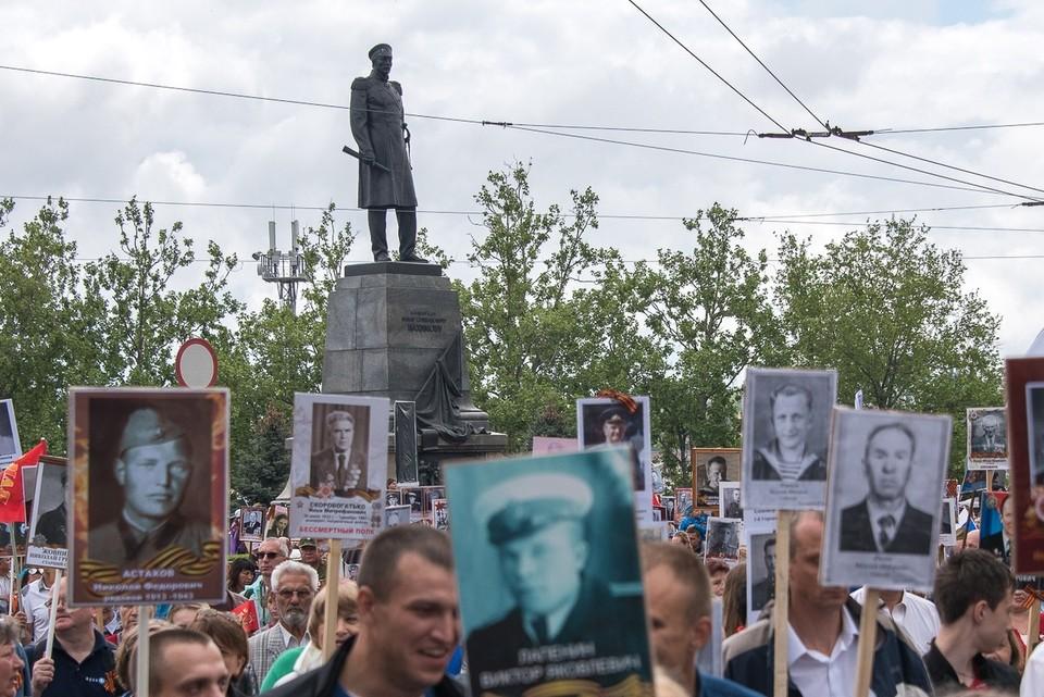 Участники проследовали через улицу Ленина, проспект Нахимова до площади Лазарева