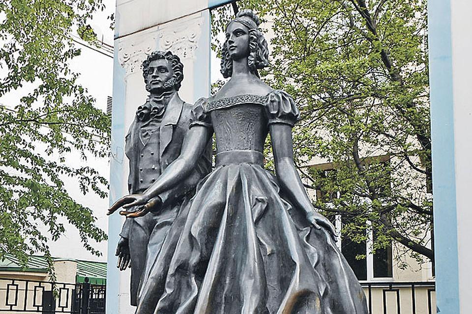 Памятник чете Пушкиных на Арбате.