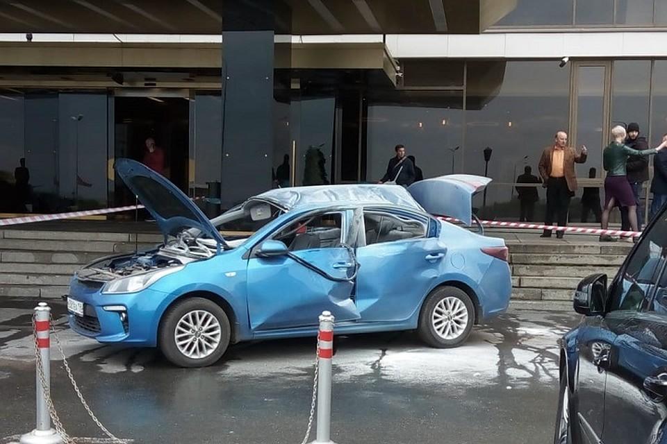 83794915 На парковке у отеля в Петербурге взорвавшийся газовый баллон разнес  легковушку