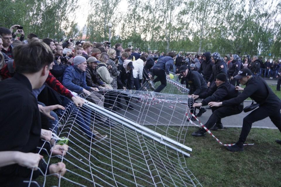 Новая забава в Екатеринбурге - забор перетягивать