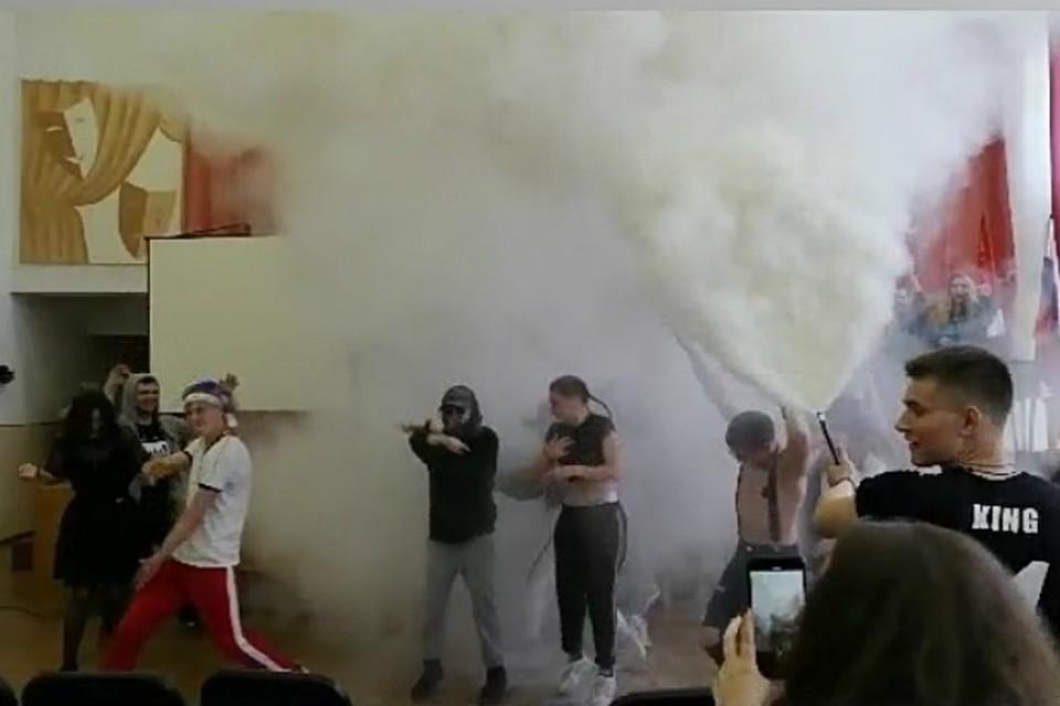 Страсти вокруг БДСМ-перфоманса в образцовой и одной из крупных школ Владивостока только разгораются