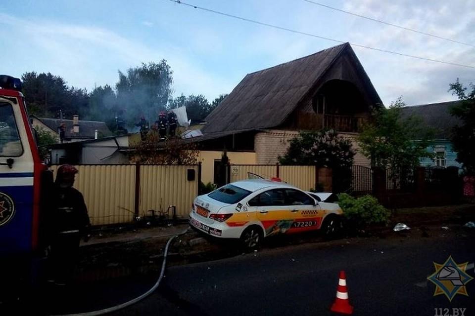 Водитель не справился с управлением и врезался в дом. Фото: МЧС.