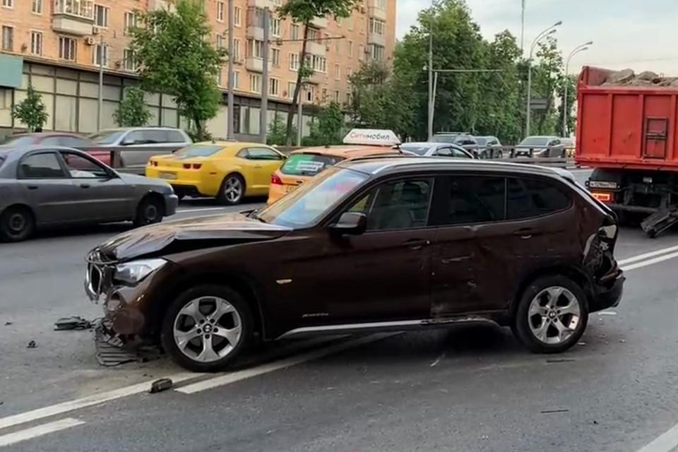 Кроссовер отлетел в другой автомобиль, толкнув его под колеса КамАЗа