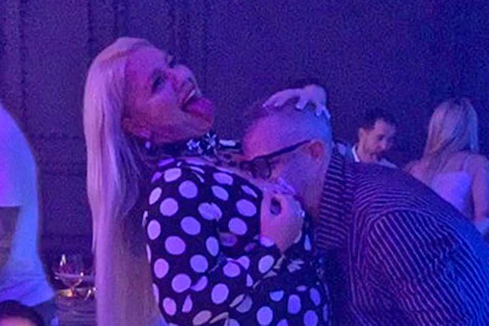 Константин Меладзе припал к груди пышной блондинки.
