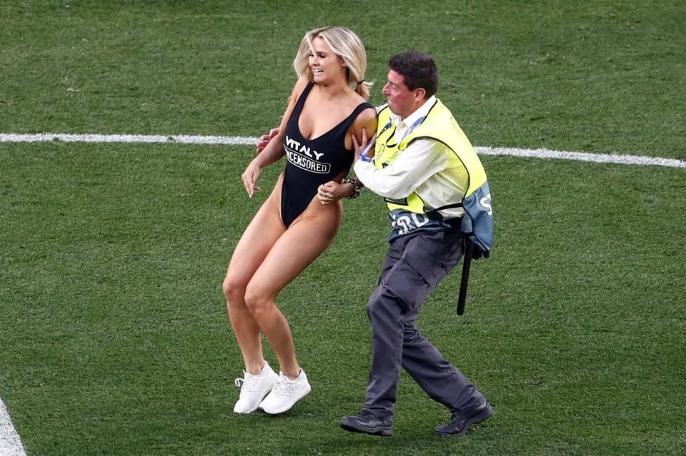 Во время финала Лиги Чемпионов на поле выбежала полуголая модель