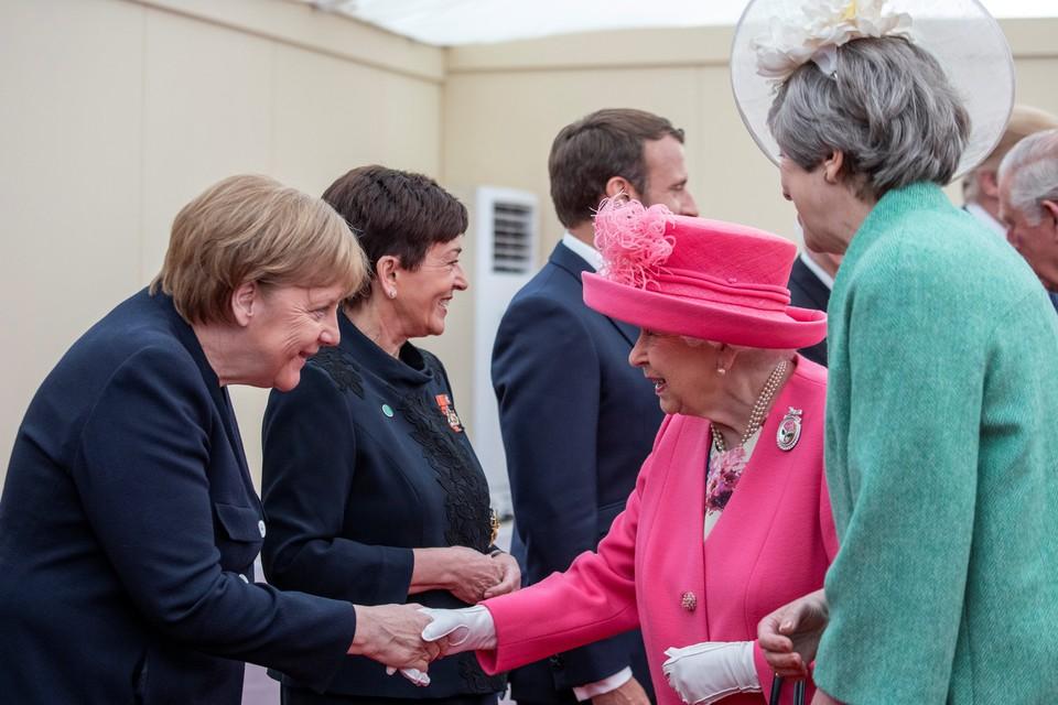 Королева Великобритании Елизавета II и премьер-министр Тереза Мэй приветствуют канцлера Германии Ангелу Меркель в Портсмуте