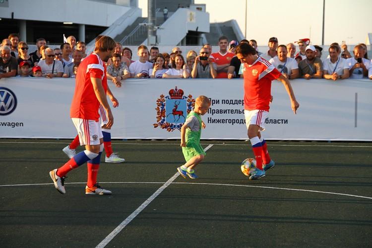 На площадке перед стадионом нижегородцы могли и сами поиграть в футбол.