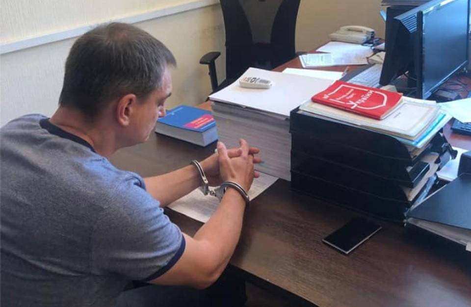 Роман Лягин знакомится с материалами обвинения.