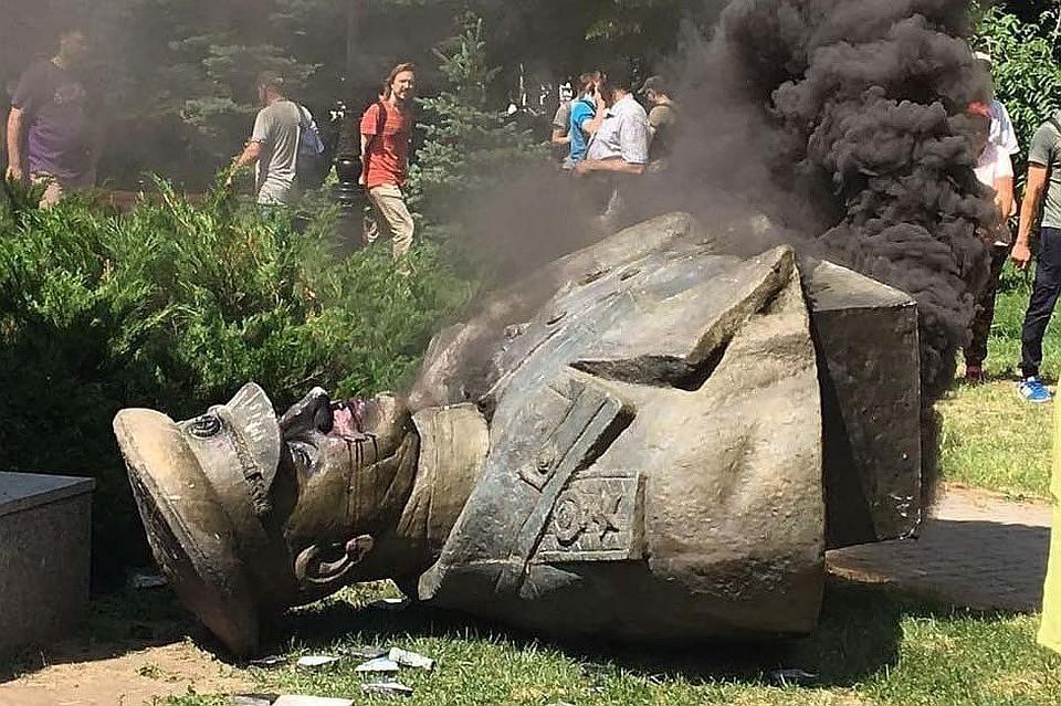 Ранее радикалы снесли установленный в Харькове бюст советского маршала. Фото: Нацполиция Харьковской области
