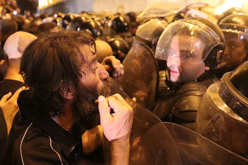 Диалог протестующего с сотрудником полиции у стен грузинского парламента.