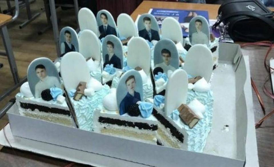 Школьникам из Красноярска на выпускной подарили торт с надгробиями