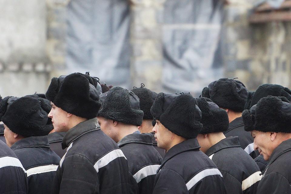 Заключенные на территории исправительной колонии в Свердловской области.