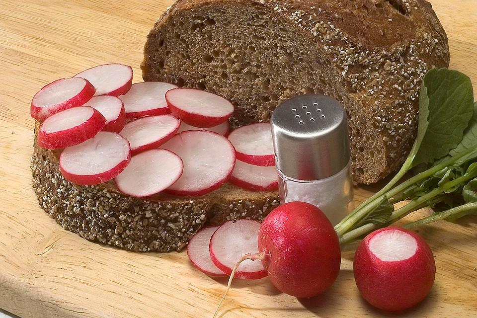 Избыток в питании соли - один из самых опасных факторов для здоровья и долголетия.