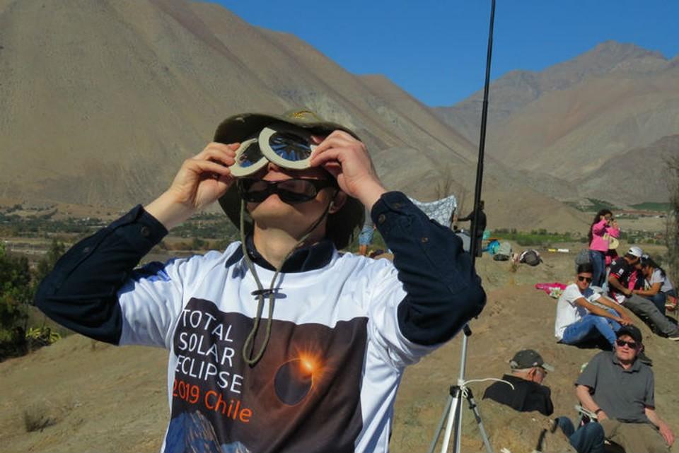 Солнечное затмение 2 июля: команда иркутских астрономов подняла в Чили флаг России. Фото: экспедиция иркутских астрономов.