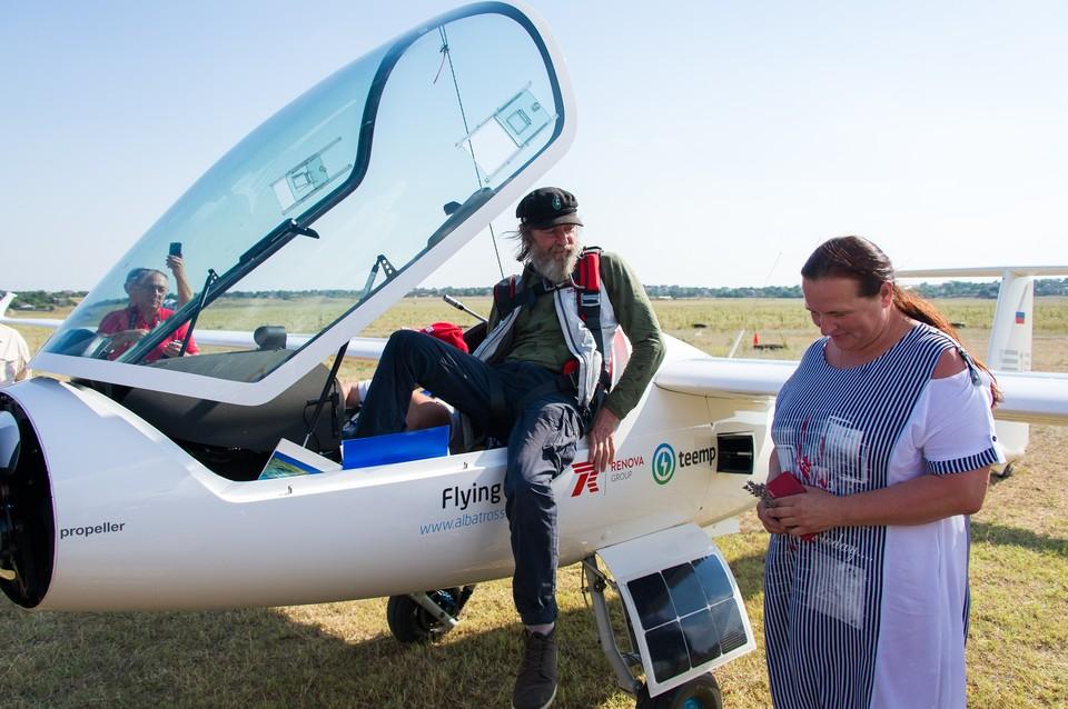 Федор Конюхов прилетел в Евпаторию на самолете с солнечными батареями: 7 ярких фото встречи