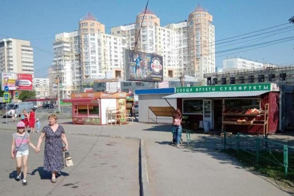 Этот ларечный город живет и процветает на гостевом маршруте Челябинска, на перекрестке ул. Братьев Кашириных и ул. Чайковского.