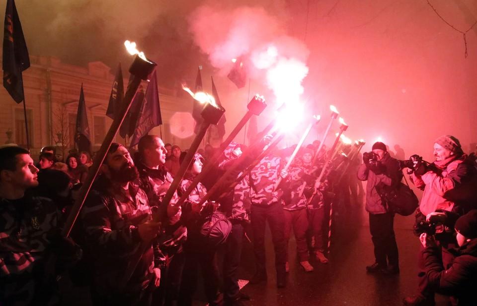 Участники акции поджигали пиротехнику, а также принесли плакаты с антироссийскими лозунгами