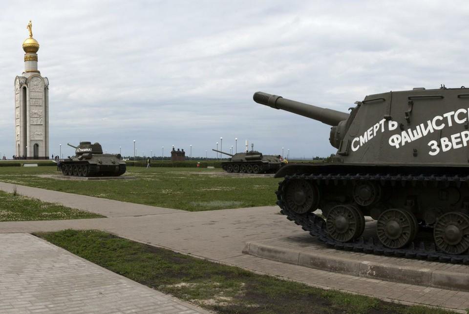 Звонницу на Прохоровском поле от посягательств надежно охраняют танки, ветераны той самой битвы.