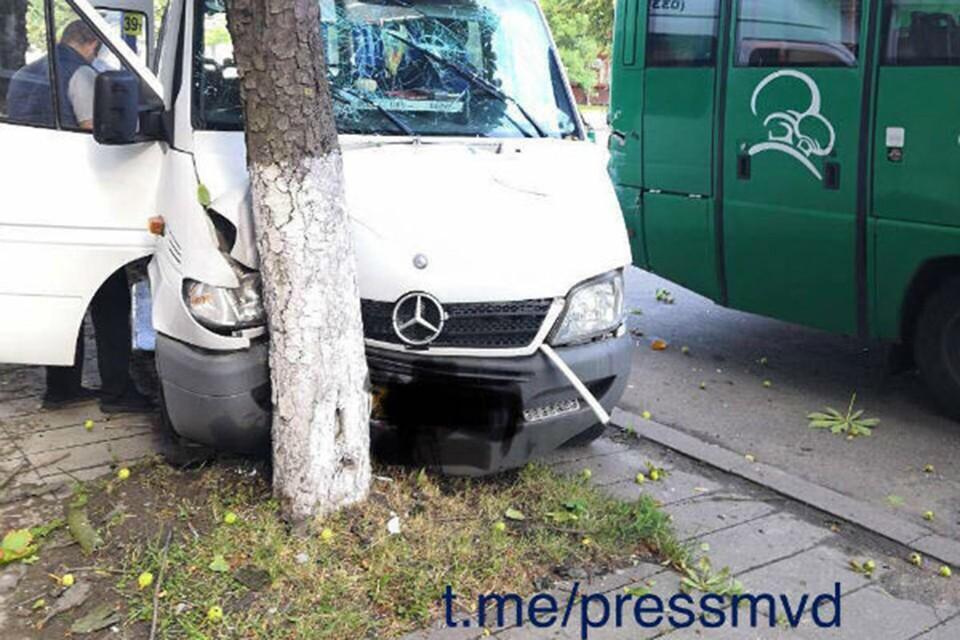 Водитель маршрутки не пострадал. Фото: t.me/pressmvd