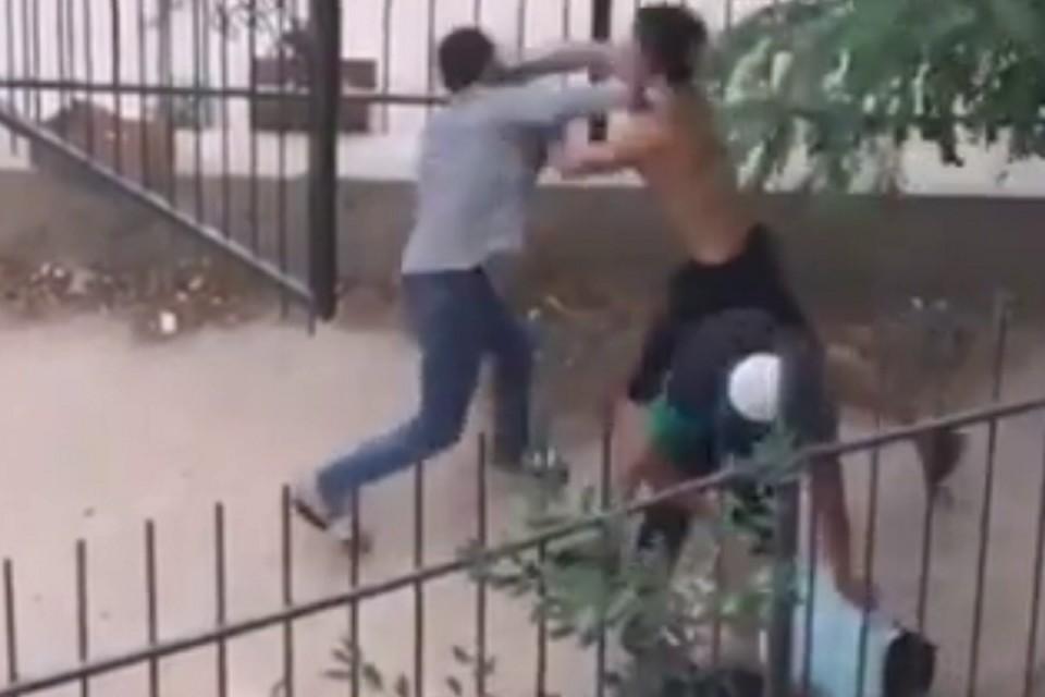 22-летний парень выбежал и отбил мужчину у нападавших.