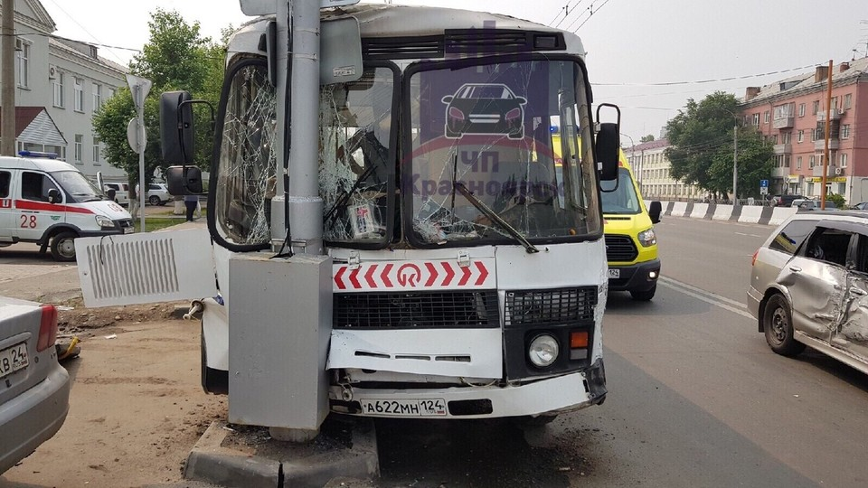 Показываем видео с места ДТП с автобусом, откуда увезли в реанимацию 6 пассажиров. Фото: ЧП - Красноярск.