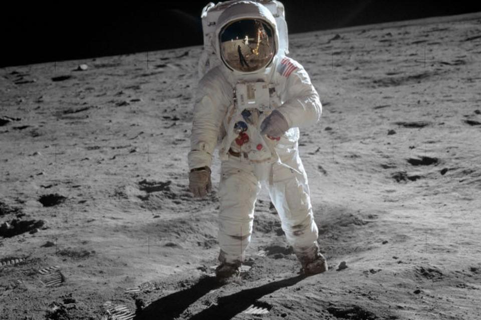 Космонавт еще держался рукой за лестницу, но все же ступил вперед и сказал: «Один маленький шаг человека - огромный шаг человечества»